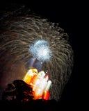 Υψηλός επάνω από εκρήξεις τις κόκκινες άσπρες αστεριών σκιαγραφιών δέντρων θεαματικός Στοκ Φωτογραφίες