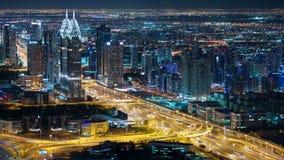 Υψηλός ελαφρύς δρόμος κυκλοφορίας νύχτας στην πόλη του Ντουμπάι απόθεμα βίντεο