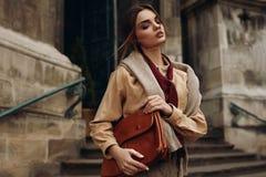 Υψηλός ιματισμός μόδας Γυναίκα στα μοντέρνα ενδύματα στην οδό στοκ φωτογραφίες με δικαίωμα ελεύθερης χρήσης
