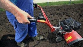Υψηλός καλλιεργητής μηχανών γωνίας που προετοιμάζει το χώμα σε σε αργή κίνηση απόθεμα βίντεο