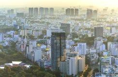 Υψηλός ορίζοντας Saigon άποψης όταν λάμπει ο ήλιος κάτω από αστικό Στοκ Εικόνα