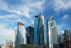 Υψηλός ουρανοξύστης οικοδόμησης πολυτέλειας άσπρος και μπλε Στοκ φωτογραφία με δικαίωμα ελεύθερης χρήσης