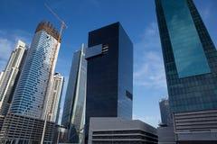 Υψηλός ουρανοξύστης οικοδόμησης πολυτέλειας σύγχρονος, γερανός Στοκ Φωτογραφίες