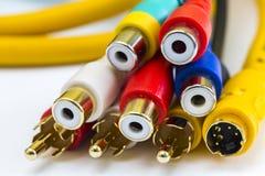 Ο χρυσός κάλυψε τους συνδετήρες για τα ακουστικά και τηλεοπτικά καλώδια στοκ εικόνες με δικαίωμα ελεύθερης χρήσης