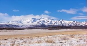 Υψηλότερα βουνά Sayan βουνών munch-Sardyk σειράς στοκ φωτογραφία