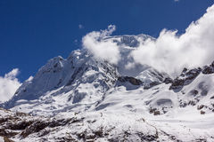 Υψηλότερη αιχμή του Περού τοπίων βουνών που καλύπτεται με τα σύννεφα Στοκ Εικόνες