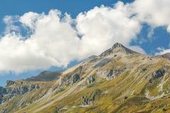 Υψηλότερο βουνό στον Καύκασο και σύννεφα σε έναν μπλε ουρανό Στοκ εικόνα με δικαίωμα ελεύθερης χρήσης