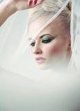 Υψηλό βασικό πορτρέτο μιας λεπτής ξανθής ομορφιάς Στοκ εικόνες με δικαίωμα ελεύθερης χρήσης