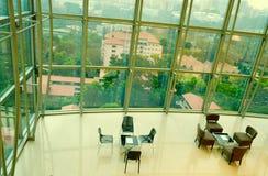Υψηλό γραφείο πατωμάτων και ζωηρόχρωμος ουρανός στοκ εικόνα