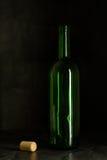 Υψηλό γυαλί κρασιού που γίνεται από το πράσινο γυαλί Κανένα περιεχόμενο Γυαλί και φελλός τα όμορφα μάτια φωτογραφικών μηχανών τέχ Στοκ Εικόνα