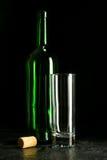 Υψηλό γυαλί κρασιού που γίνεται από το πράσινο γυαλί Κανένα περιεχόμενο Γυαλί και φελλός τα όμορφα μάτια φωτογραφικών μηχανών τέχ Στοκ Φωτογραφία