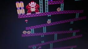 Υψηλό γωνίας ευρύ πυροβοληθε'ν γαιδάρων εκλεκτής ποιότητας videogame arcade «Kong» αναδρομικό κατά τη διάρκεια του παιχνιδιού απόθεμα βίντεο