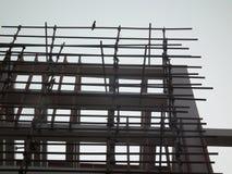 Υψηλό κτήριο ανόδου στο πλαίσιο της περίληψης οικοδόμησης Στοκ φωτογραφία με δικαίωμα ελεύθερης χρήσης