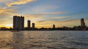 Υψηλό κτήριο στον ποταμό στο χρόνο ηλιοβασιλέματος απόθεμα βίντεο