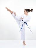 Υψηλό κλωτσώντας κορίτσι λακτίσματος στο karategi Στοκ Εικόνα