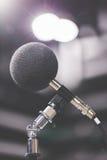 Υψηλό μικρόφωνο ακρίβειας στο υγιές δωμάτιο δοκιμής θορύβου με το φως των οδηγήσεων bokeh σχολική καθορισμένη τεχνολογία εικονιδί Στοκ Εικόνες