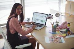 Υψηλό πορτρέτο γωνίας της επιχειρηματία που εργάζεται στο lap-top στο γραφείο γραφείων Στοκ Φωτογραφία