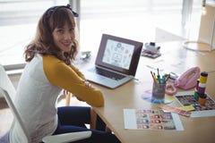 Υψηλό πορτρέτο γωνίας της συνεδρίασης επιχειρηματιών χαμόγελου στο γραφείο γραφείων Στοκ Φωτογραφίες