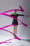 Υψηλό πορτρέτο Contrsat καυκάσιος θηλυκός ρυθμικός Gymnast στοκ εικόνες
