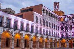 Υψηλό τετράγωνο στο ηλιοβασίλεμα που φωτίζεται από τα οδηγημένα φω'τα, Badajoz Στοκ Φωτογραφίες