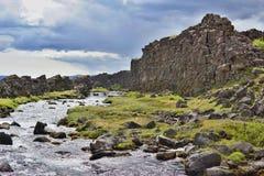 Υψηλό τοπίο αντίθεσης φιαγμένο από κολπίσκο βουνών μεταξύ των σκοτεινών λόφων στο εθνικό πάρκο Thingvellir Στοκ Εικόνα
