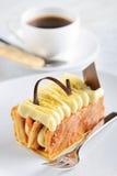 Υψηλό τσάι με ένα κέικ Napoleon στοκ εικόνα με δικαίωμα ελεύθερης χρήσης