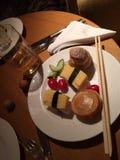 Υψηλό τσάι στο ξενοδοχείο, που απολαμβάνει τα τρόφιμα Στοκ Φωτογραφίες