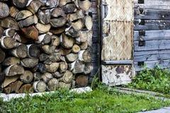 Υψηλό υπόβαθρο καυσόξυλου σύστασης με τον τοίχο αγροτικών σπιτιών και κίτρινος Στοκ Φωτογραφίες
