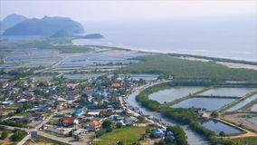 Υψηλό veiw του αγροκτήματος γαρίδων στη λίμνη με το χωριό κατά μήκος της θάλασσας απόθεμα βίντεο