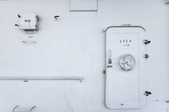 Υδατοστεγής πόρτα σε ένα σκάφος, πόρτα εξόδων ή πόρτα έκτακτης ανάγκης Στοκ φωτογραφία με δικαίωμα ελεύθερης χρήσης
