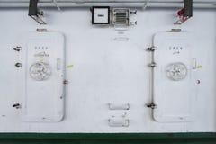 Υδατοστεγής πόρτα σε ένα σκάφος, πόρτα εξόδων ή πόρτα έκτακτης ανάγκης Στοκ Εικόνες