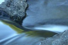 Υδατόπτωση στα ορμητικά σημεία ποταμού, κινηματογράφηση σε πρώτο πλάνο, ποταμός Farmington, Nepaug δασικό, νέο Χ Στοκ Εικόνες