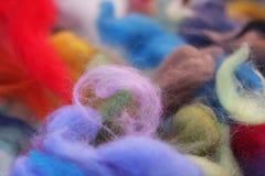 Υλικά πίλησης - κομμάτια του χρωματισμένου μαλλιού Στοκ Εικόνες