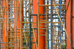 Υλικά σκαλωσιάς γύρω από τους πορτοκαλιούς πόλους Στοκ εικόνα με δικαίωμα ελεύθερης χρήσης