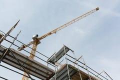 Υλικά σκαλωσιάς και γερανός για την οικοδόμηση ενός καινούργιου σπιτιού Στοκ εικόνες με δικαίωμα ελεύθερης χρήσης