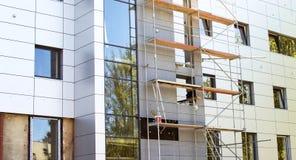 Υλικά σκαλωσιάς μετάλλων σε ένα κτήριο με μια σύγχρονη πρόσοψη Στοκ φωτογραφία με δικαίωμα ελεύθερης χρήσης