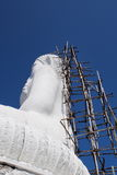 Υλικά σκαλωσιάς πίσω από το κτήριο ο μεγάλος Βούδας Στοκ φωτογραφίες με δικαίωμα ελεύθερης χρήσης