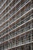 Υλικά σκαλωσιάς στην πρόσοψη του υψηλού κτηρίου ανόδου Στοκ φωτογραφία με δικαίωμα ελεύθερης χρήσης