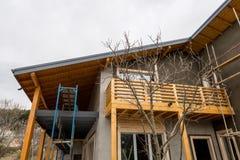Υλικά σκαλωσιάς στο εργοτάξιο οικοδομής ενός νέου ξύλινου σπιτιού Στοκ Φωτογραφίες