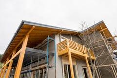 Υλικά σκαλωσιάς στο εργοτάξιο οικοδομής ενός νέου ξύλινου σπιτιού Στοκ Εικόνες