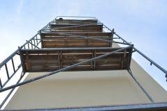 Υλικά σκαλωσιάς, τοίχος και ουρανός Στοκ φωτογραφία με δικαίωμα ελεύθερης χρήσης