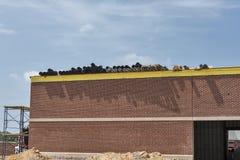 Υλικά υλικού κατασκευής σκεπής στη στέγη του κτηρίου κάτω από την οικοδόμηση Στοκ Φωτογραφία