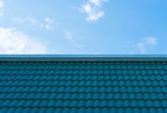 Υλικό κατασκευής σκεπής κεραμιδιών Aqua με το μπλε ουρανό Στοκ φωτογραφία με δικαίωμα ελεύθερης χρήσης