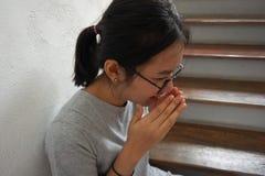 υλοτομία ανασκόπησης που απομονώνεται πέρα από την άρρωστη λευκή γυναίκα στοκ φωτογραφία