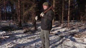 Υλοτόμος με το τσεκούρι που περπατά στο δάσος απόθεμα βίντεο