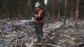 Υλοτόμος με το lap-top που περπατά στο δάσος απόθεμα βίντεο