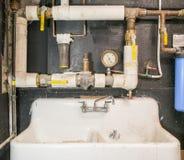 Υδραυλικά - παλαιά ουσία με το νεροχύτη Στοκ Εικόνα