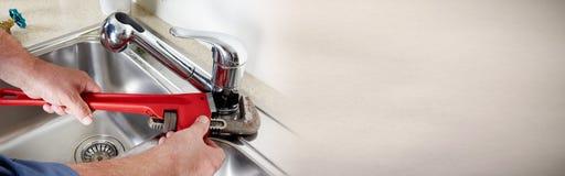 Υδραυλικός με το γαλλικό κλειδί Στοκ φωτογραφίες με δικαίωμα ελεύθερης χρήσης