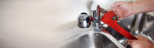 Υδραυλικός με το γαλλικό κλειδί Στοκ Εικόνες