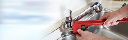 Υδραυλικός με το γαλλικό κλειδί Στοκ φωτογραφία με δικαίωμα ελεύθερης χρήσης